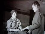 Eero Pakarinen esittelee Anneli Linnalle laskuvarjon toimintaa noin vuonna 1951. Kuva: Tapani Ala-Rämi.