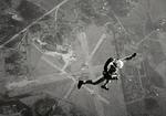 Olli Henttinen hyppää Malmilla n. 6 km korkeudesta. Kuva: ATa