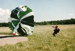 1979, Malmi, hyppääjä laskeutunut PC:llä maaliristille. Kuva Öster via Lake