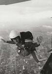 """Kaisa aloittaa vapaapudotushyppyä 1200 metristä Kitchenerissä, Kanadassa syyskuussa 1970. Tilaisuus oli """"Kitcherer's Victoria Park Friday, jossa Kaisa tähtäsi ja osui kolikkoon. Kuva:  Record Photo / Ray Hebert"""