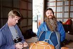 E Kausalainen (SIL) M Hiedanpää opintomatkalla USA:ssa 1/1988. Tässä laskuvarjojen valmistus. E Kausalainen (v) ja Bill Booth/Relative Workshop, DeLand. Kuva: KausE