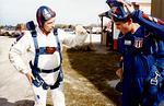 E Kausalainen (SIL) ja M Hiedanpää (IH) opintomatkalla USA:ssa 1/1988. IH:n M Hiedanpää (v) valmistautuu ensimmäiselle hypylle THM M Dobsonin opastamana. Kuva: via KausE