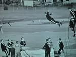 Laskuvarjohyppääjät harjoittelevat uloshyppyä 60-luvulla.