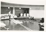 Laskuvarjoja pakattiin Pyöreän aulassa 1966.
