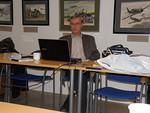 Eero Kausalainen luovutti tekemänsä kuva-aineiston Senior Skydiversille.